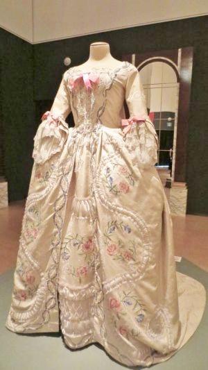 「フランス風」舞踏会用ドレス
