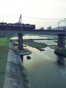 阪急電車と「生」のモニュメント